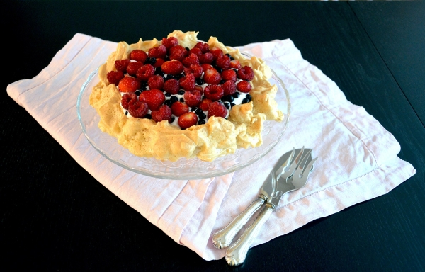 Marjainen vaahterasiirappipavlova - Maple Syrup Pavlova with Berries / Sweets by Sini