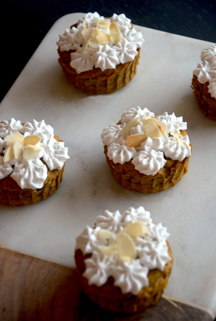 Kurpitsakuppikakut kookoskermavaahdolla - Pumpkin Cup Cakes with Coconut Whipped Cream / Sweets by Sini
