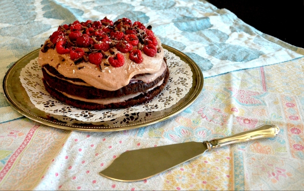 Suklaa-vadelmatäytekakku - Chocolate Raspberry Layered Cake (glutenfree, refined sugar free, low FODMAP) / Sweets by Sini