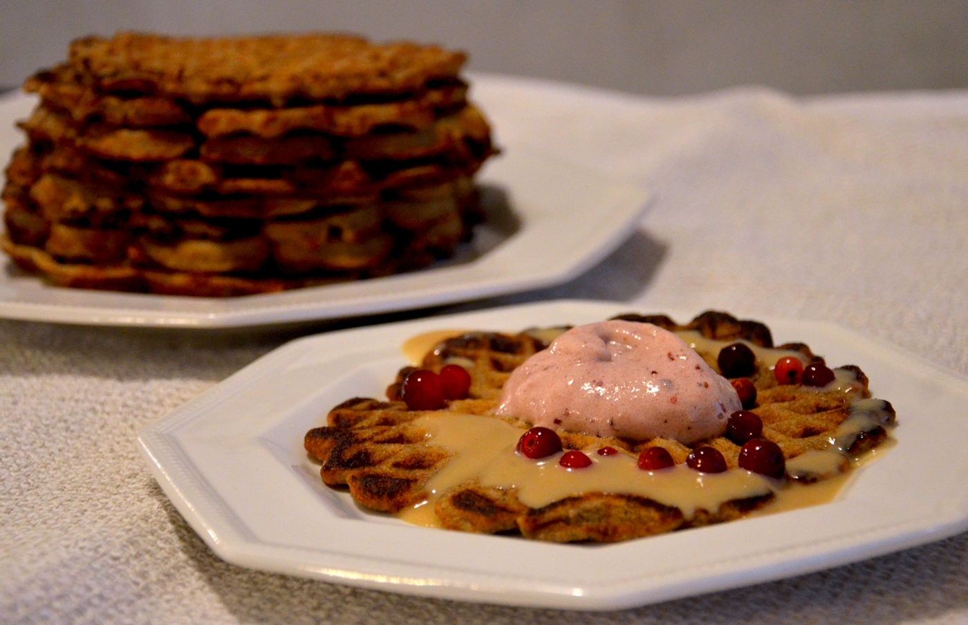 Terveelliset piparivohvelit, puolukkapehmis ja maapähkinäkinuski - Healthy Gingerbread Waffles, Lingonberry Nice Cream and Peanut Butter Fudge Sauce / Sweets by Sini