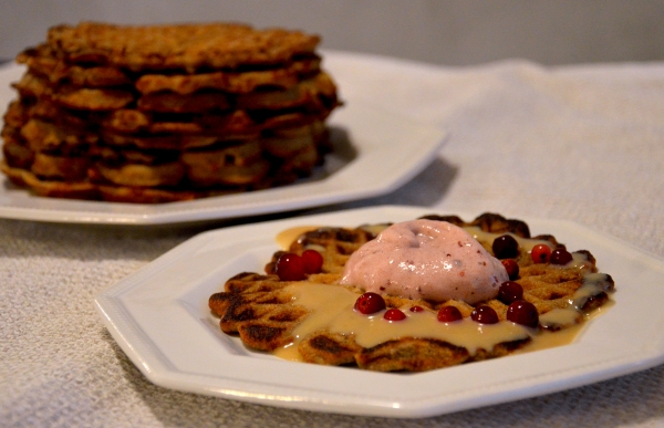 Terveelliset piparivohvelit, puolukkapehmis ja maapähkinäkinuski - Healthy Gingerbread Waffles, Lingonberry Nice Cream and Peanut Butter Fudge Sauce / Sweets by Sini